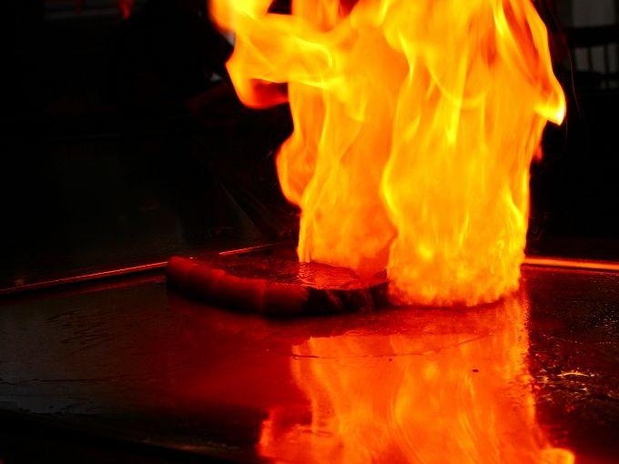 ステーキハウス吉池の炎のパフォーマンスは必見!