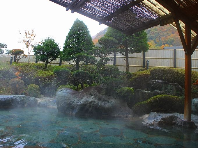 巨石の露天風呂と美肌の昼神温泉