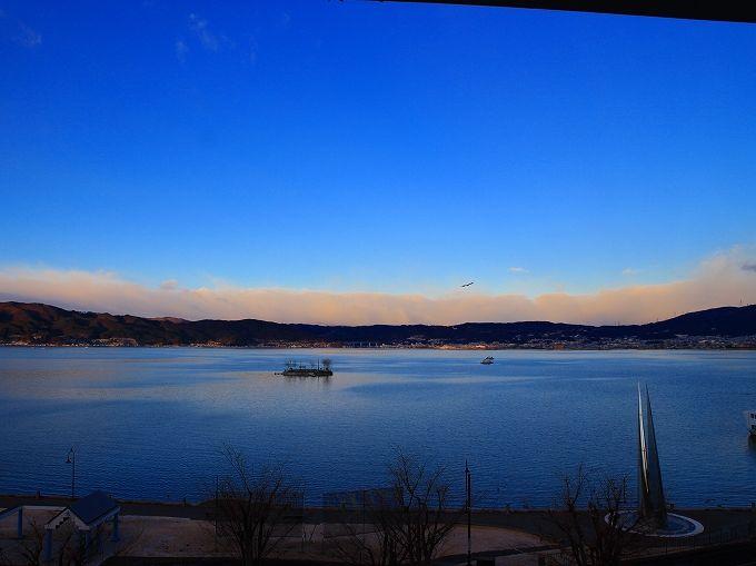 諏訪湖の湖畔に建つ上諏訪温泉「朱白」