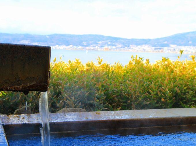 諏訪湖を望む「朱白」の2色の温泉