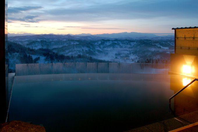 これぞ絶景!「まつだい芝峠温泉 雲海」の露天風呂