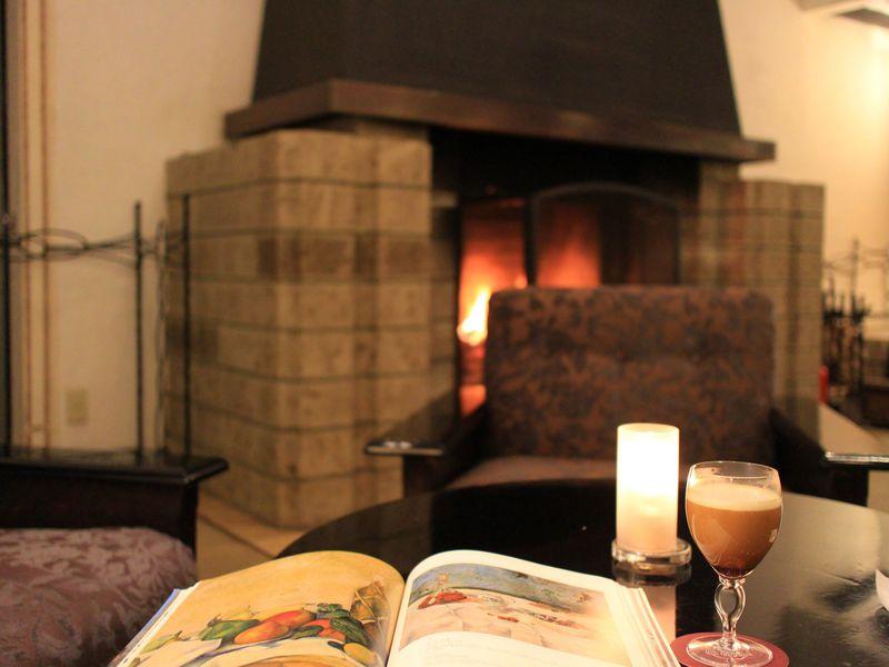 理由5 マントルピースのあるラウンジ・バーで山のホテルの優雅な夜を