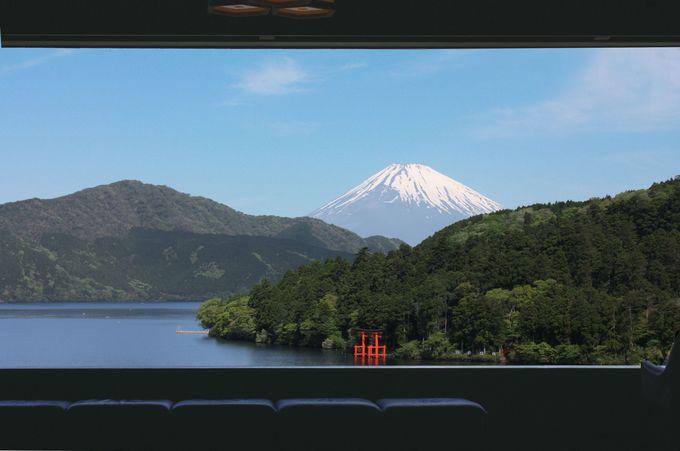展望ラウンジからは芦ノ湖と富士山の絶景が!