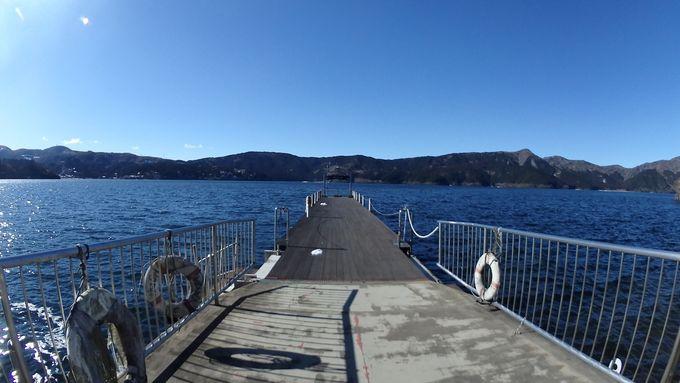 「サロン・ド・テ ロザージュ」から見える芦ノ湖の桟橋