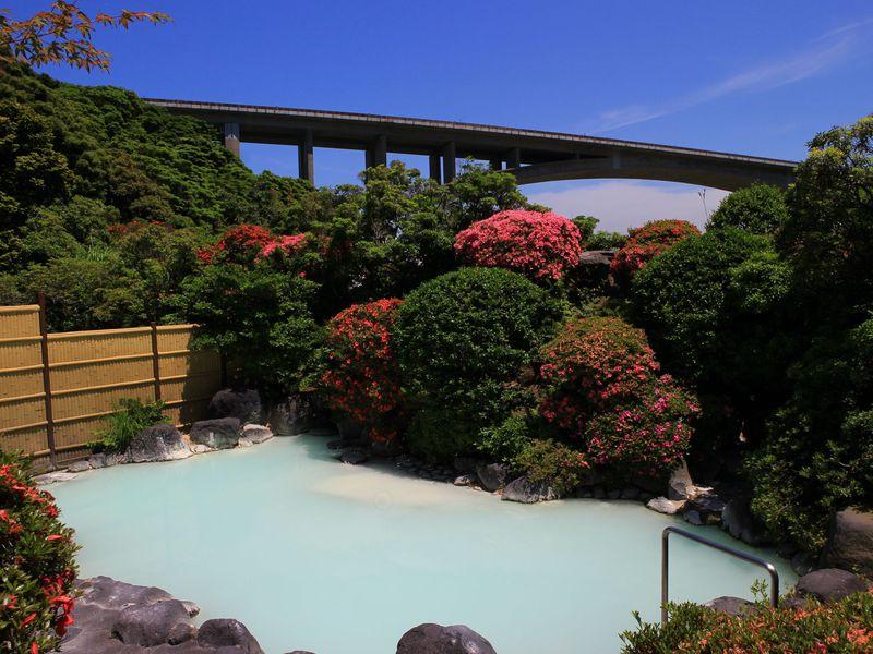 別府・明礬温泉「岡本屋」まさにミルキーブルーの神秘の湯!