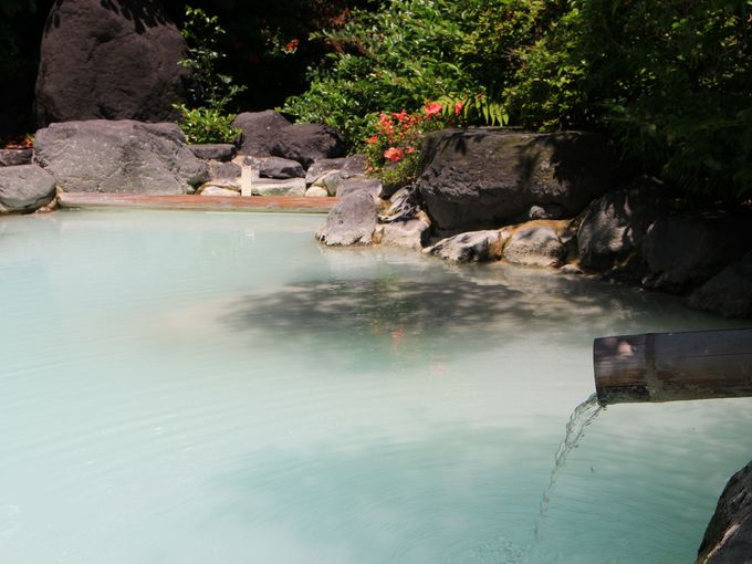 ミルキーブルーの幻想的な岡本屋の温泉