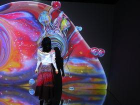 「OCEAN BY NAKED 光の深海展」横浜駅2分でデジタルと幻想の海へ