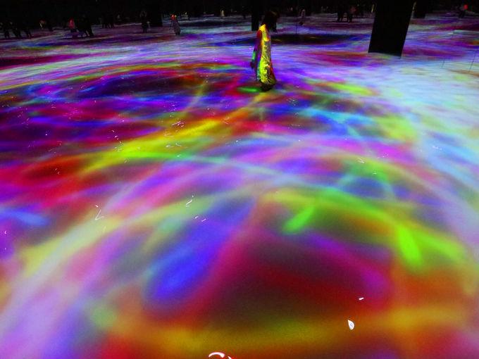 「チームラボプラネッツ」は水面を光のキャンバスに