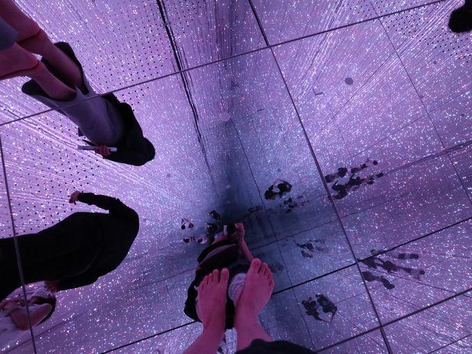 「チームラボプラネッツ」のクリスタルの迷路空間