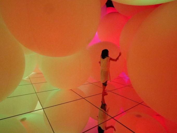 「チームラボプラネッツ」ならでは!色を変える球体