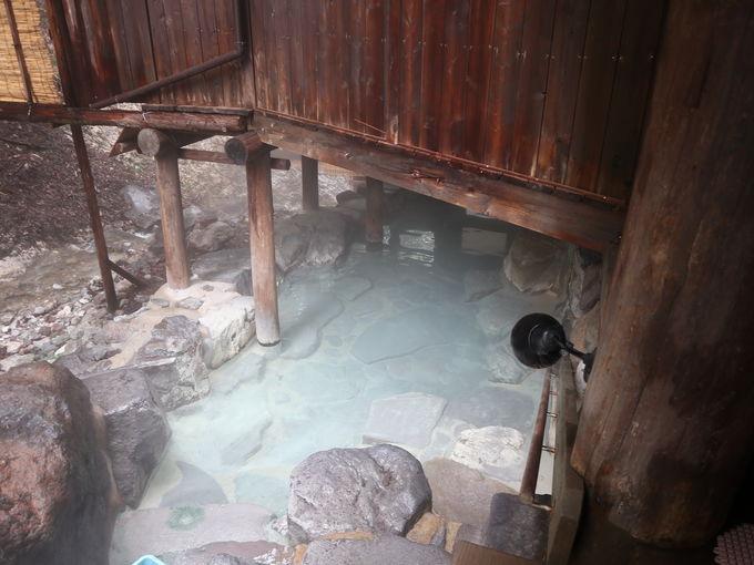 蔵王温泉大露天風呂の女湯からは源泉湧出場所も
