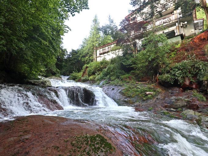 まるでパワースポット!滝と溶岩の間に建つ温泉宿