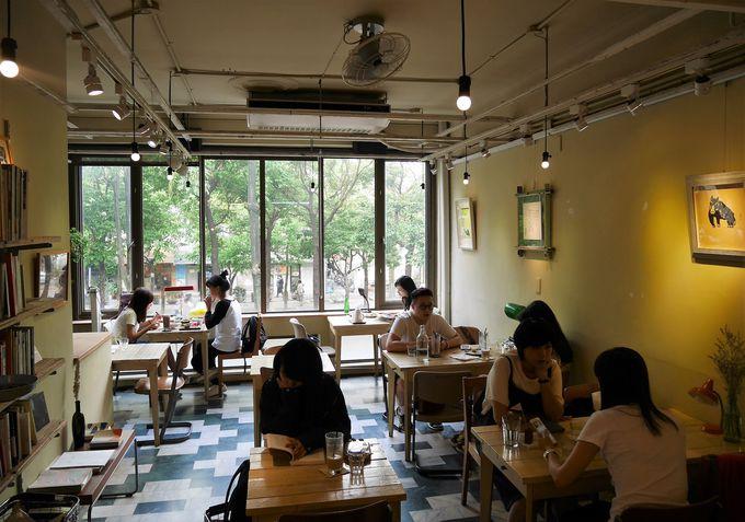 緑が心地良いカフェでひと休み