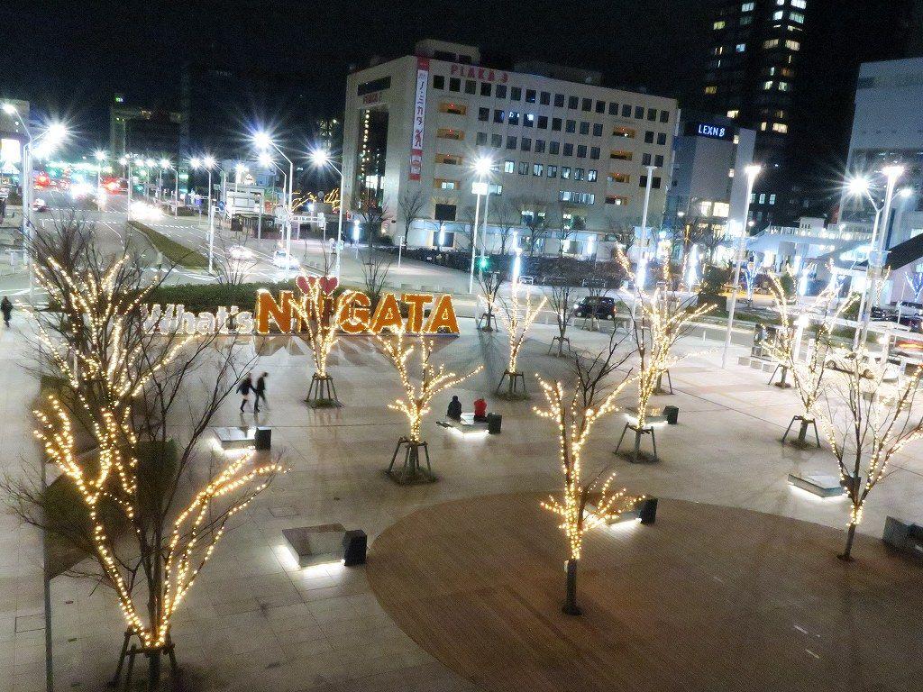 新潟駅の中から観る南口広場のイルミネーション