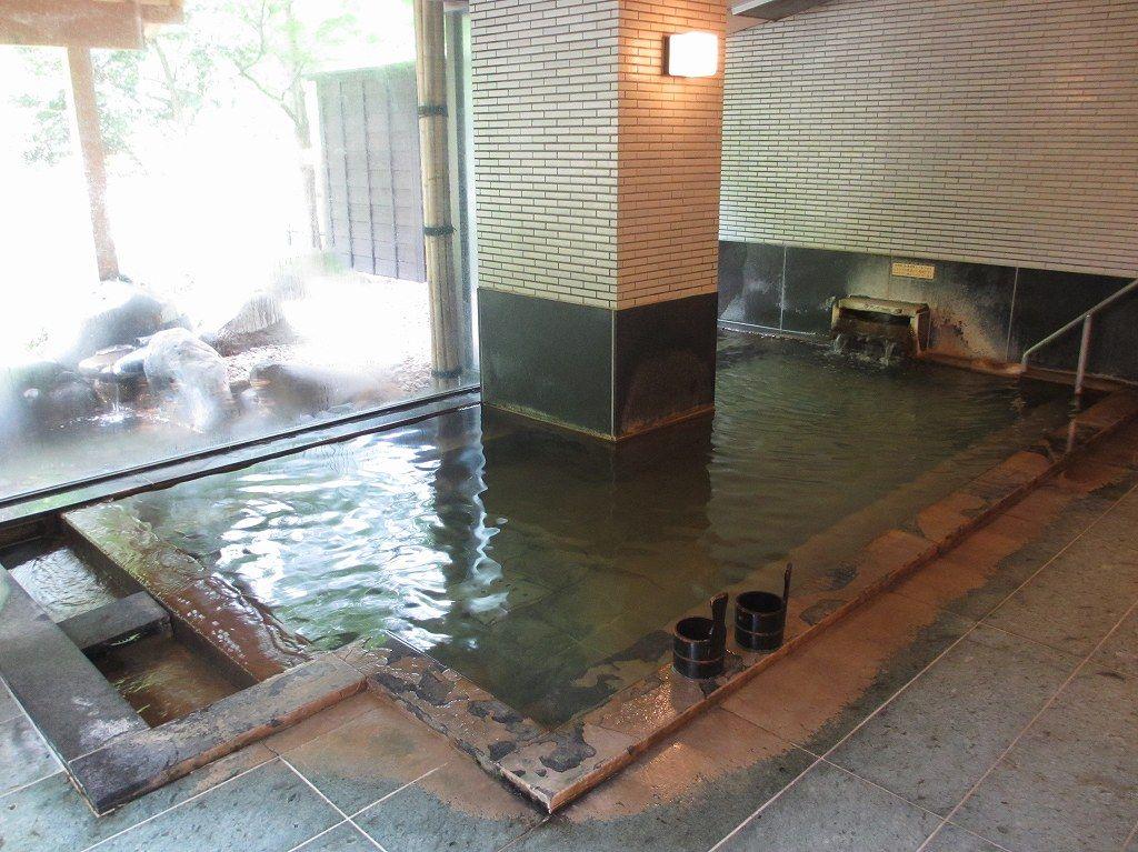 広く開放感のある内湯の大浴槽