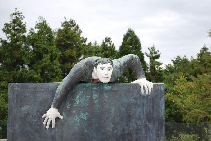 ヴァンジの彫刻観賞は360度すべての角度から見るのがベスト。