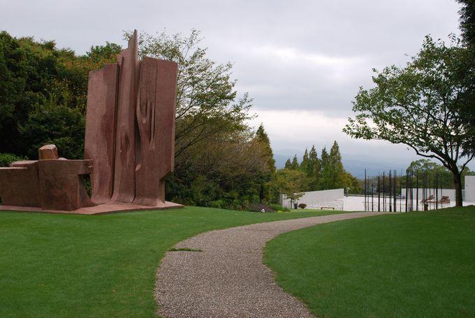のんびり芝生で過ごすこともできる庭園美術館。