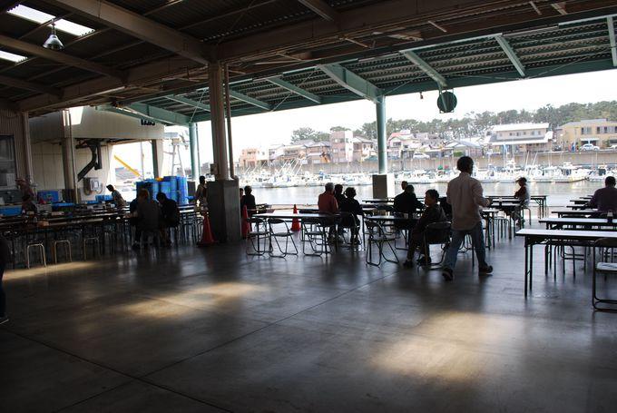 食堂の風景は市場らしい雰囲気