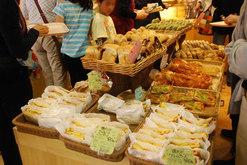 山梨県・『道の駅小淵沢』で焼き立てパンと黒米コロッケを食べよう!