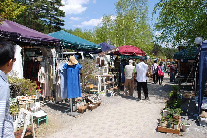 手作りの商品が並ぶクラフト市は定期的に開催中