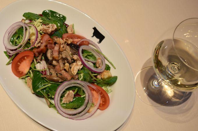 季節の野菜サラダは旬の食材をたっぷり使用