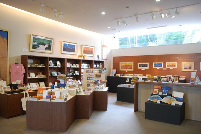 ミュージアムショップではオリジナルの絵画のグッズを販売