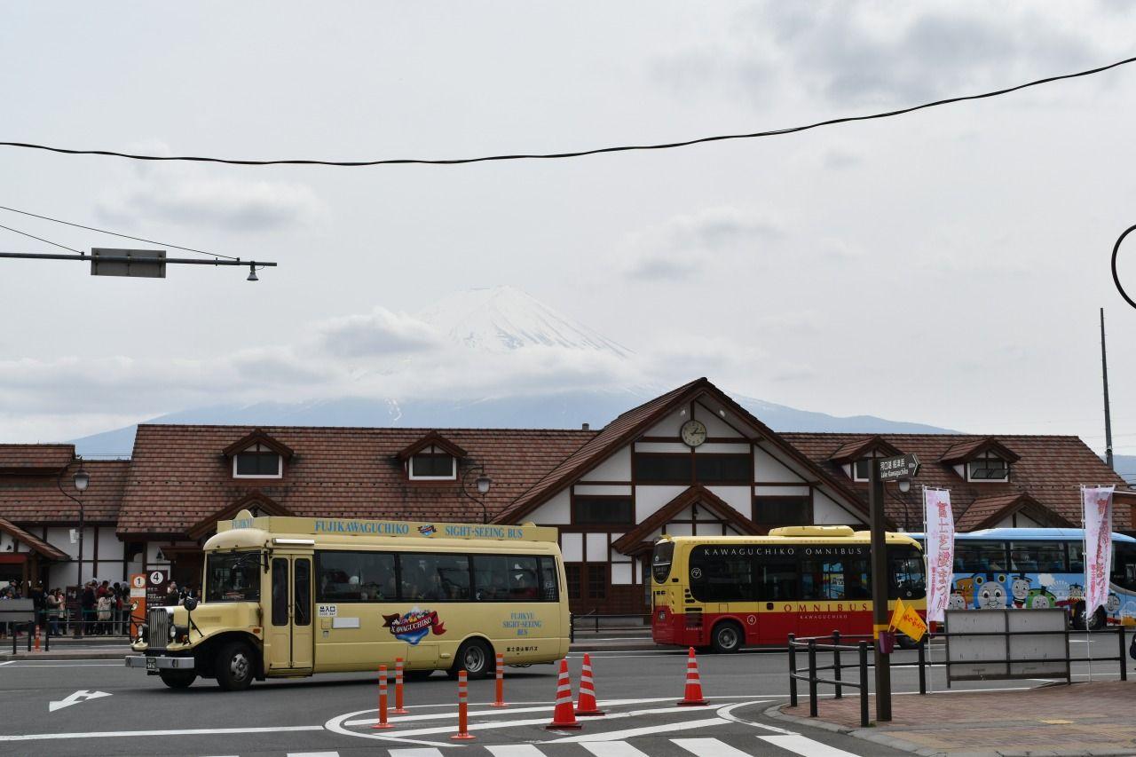 「富士五湖定期観光バス」は「富士急ハイランド高速バスターミナル」または「河口湖駅」から出発〜♪