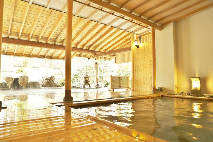 源泉かけ流し100%の大浴場は広々とした贅沢空間