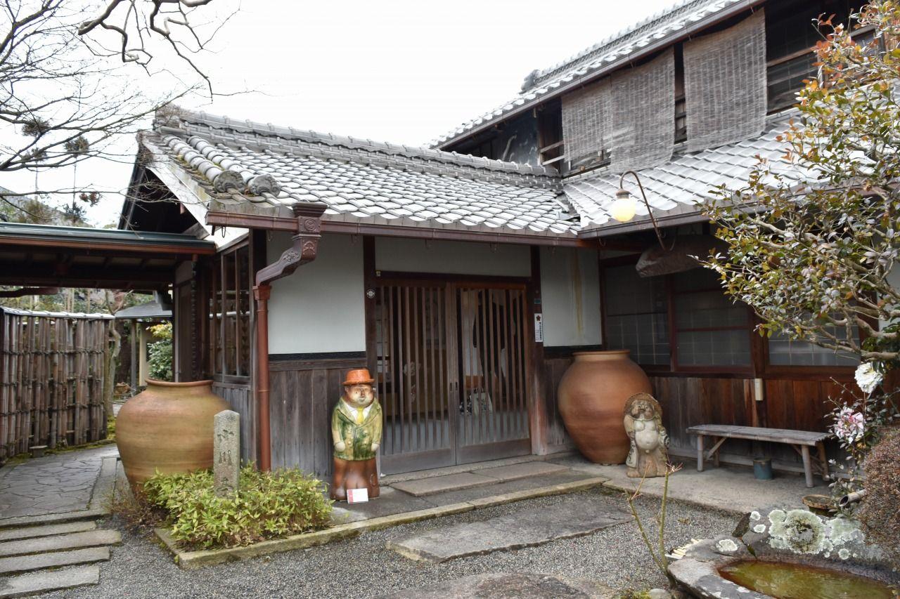 信楽の窯元散策路入り口にある木造建築のお宿「小川亭」