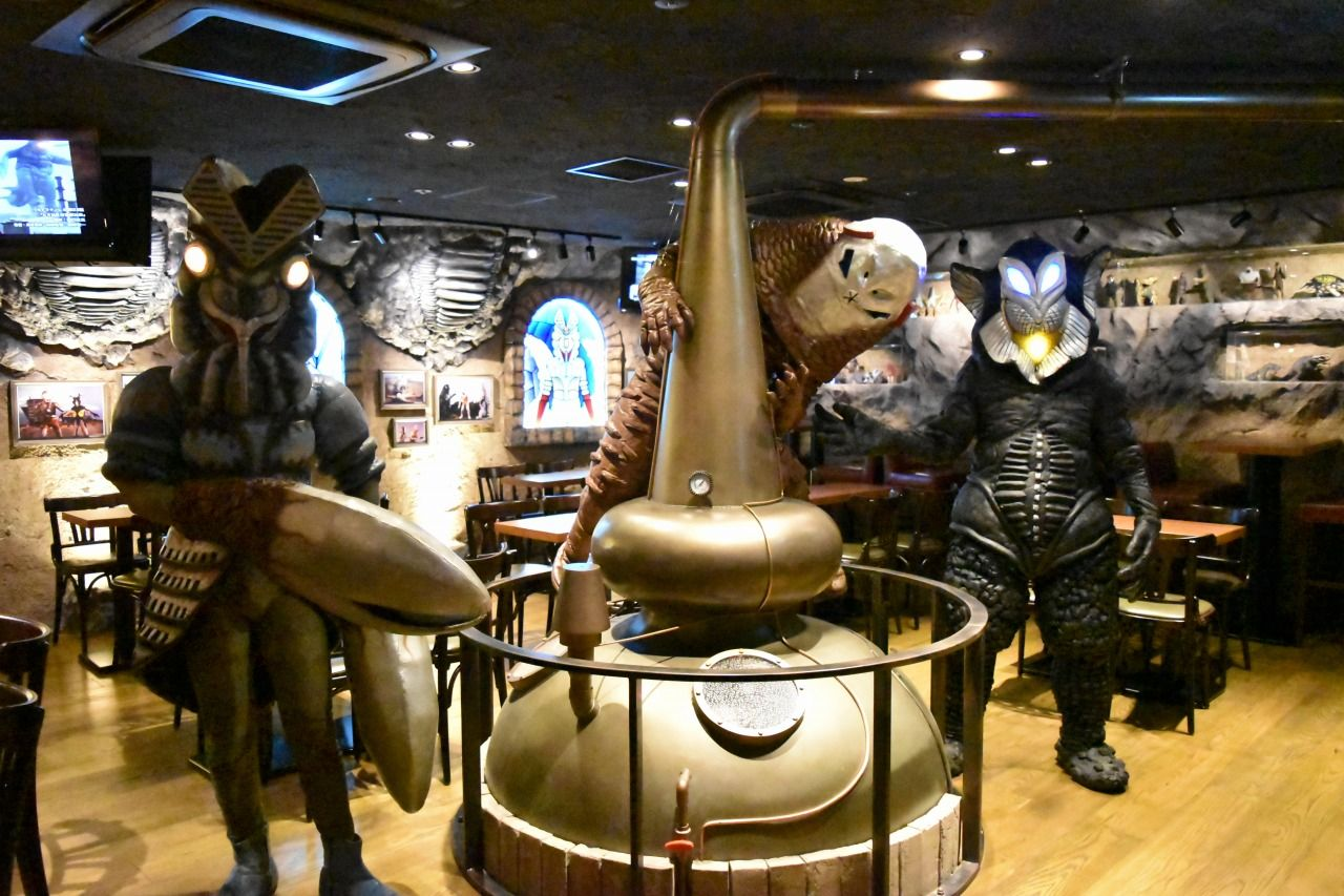 店内にある大きな蒸溜釜で人間を骨抜きにする酒を醸造!!