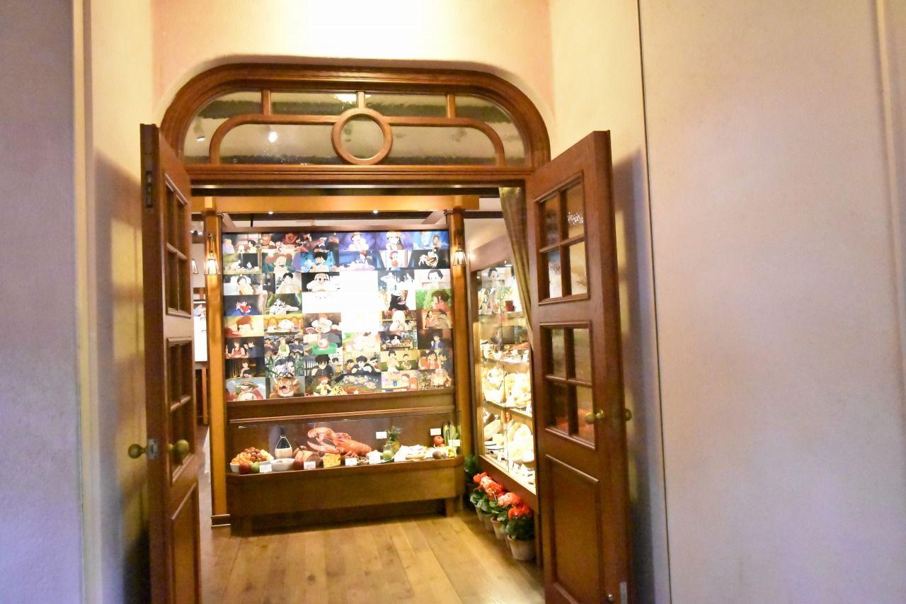 展示室の入り口にはジブリ作品に登場する美味しいものがズラリ!