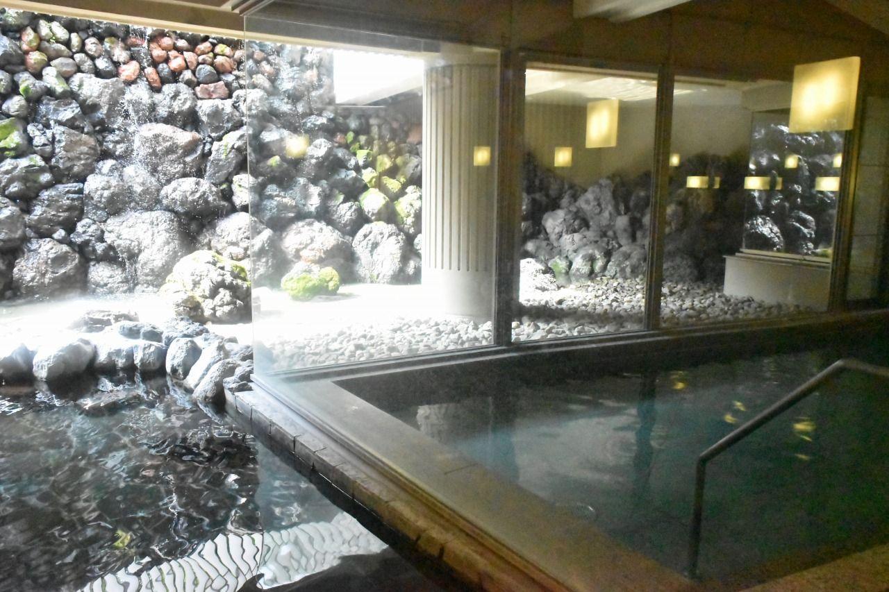 メインウイングには温泉やフィットネスセンター、スパも完備