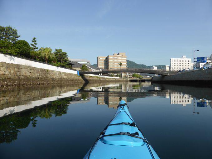 袋橋から中島川を下りながら出島を見上げる