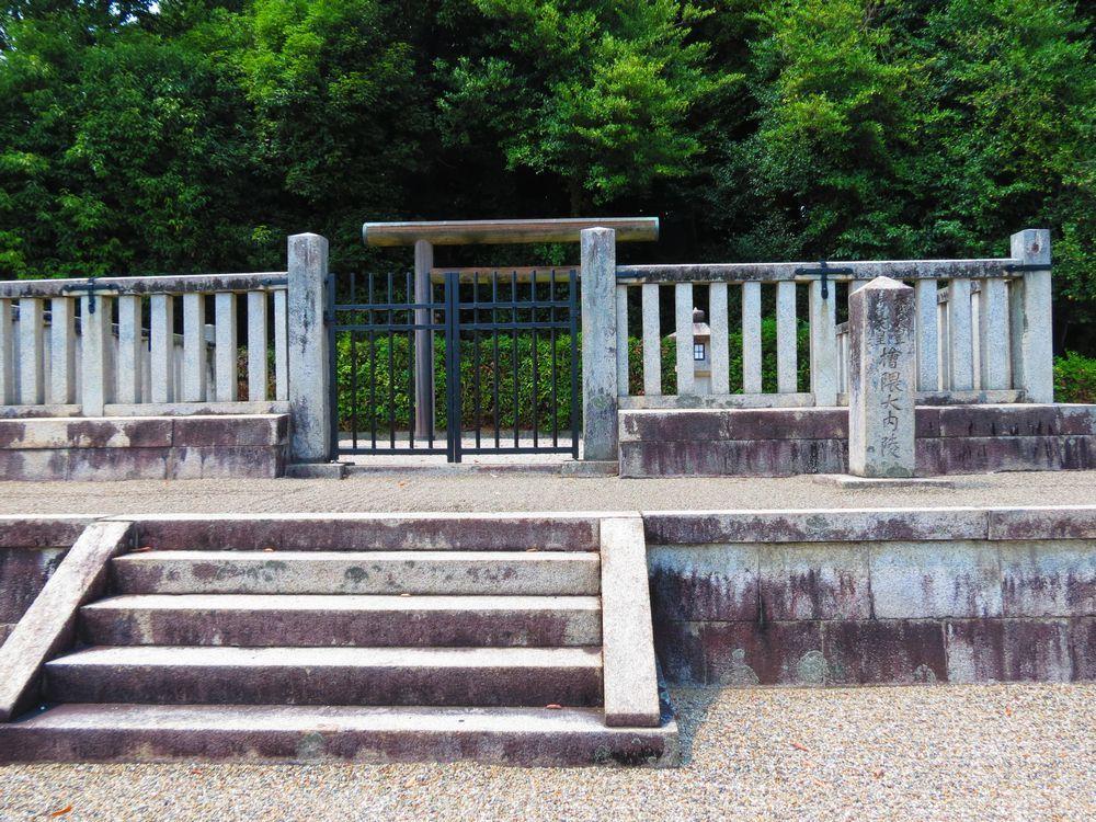 明日香村の日本遺産古墳「天武・持統天皇陵(檜隈大内陵)」で絆と愛の物語