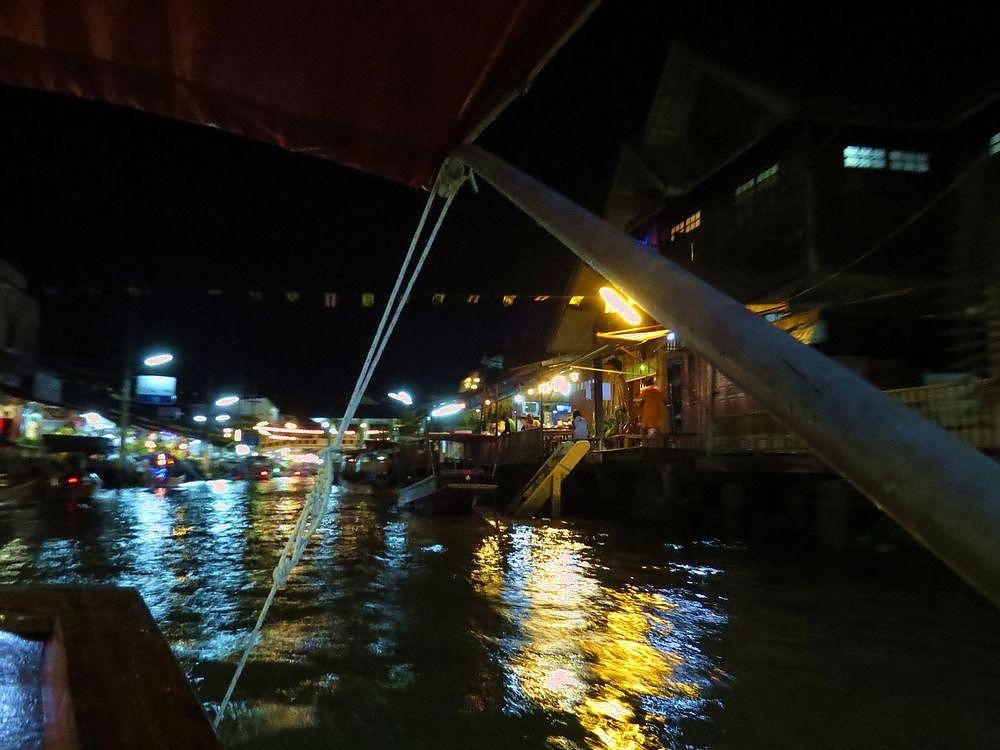 季節限定で船に乗り、光って飛び回る蛍見学