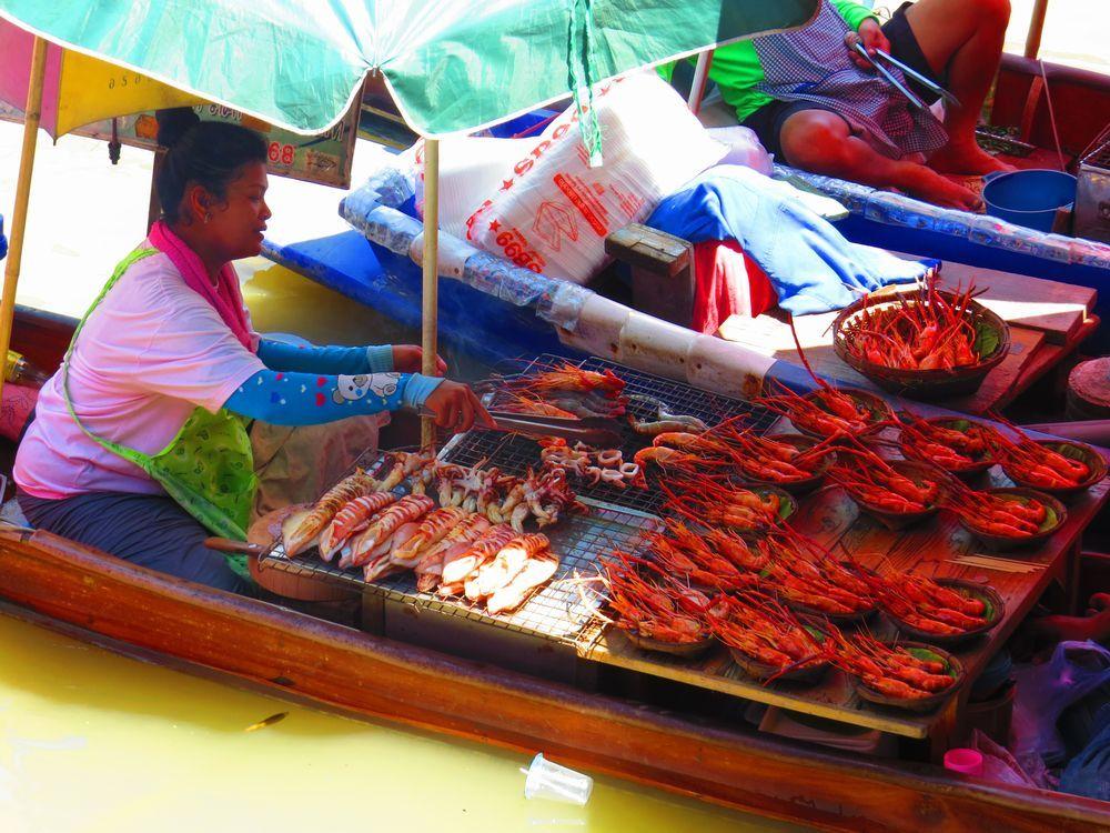 アンパワー水上マーケットでは魚介類の網焼き食べるべし