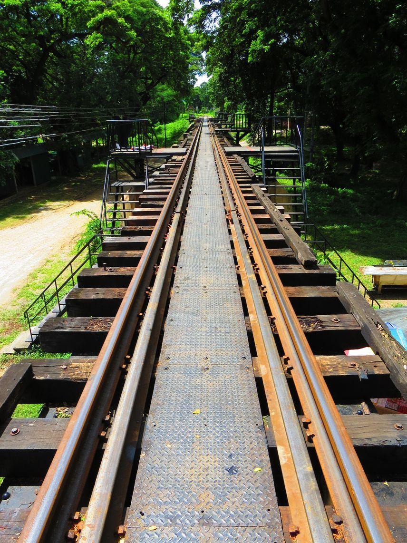 クウェー川鉄橋は対岸まで歩いて渡ることが可能