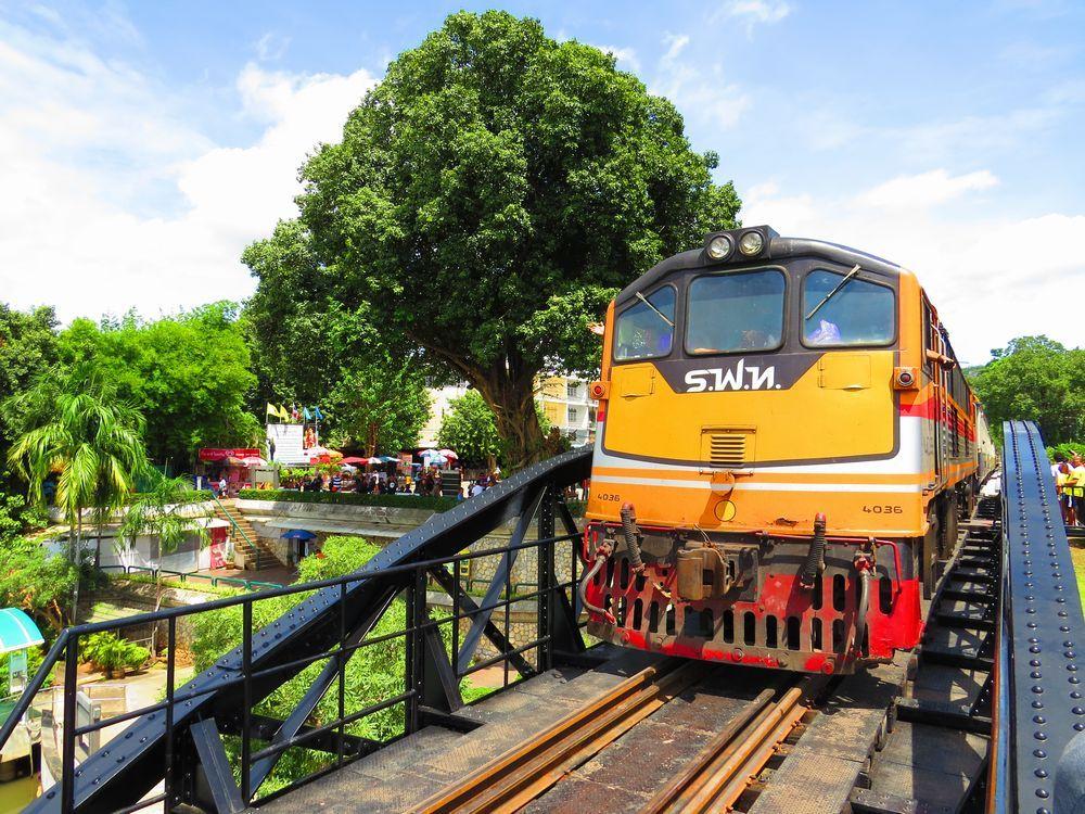 タイ・カンチャナブリのクウェー川鉄橋は電車が真横を通過!迫力の泰緬鉄道