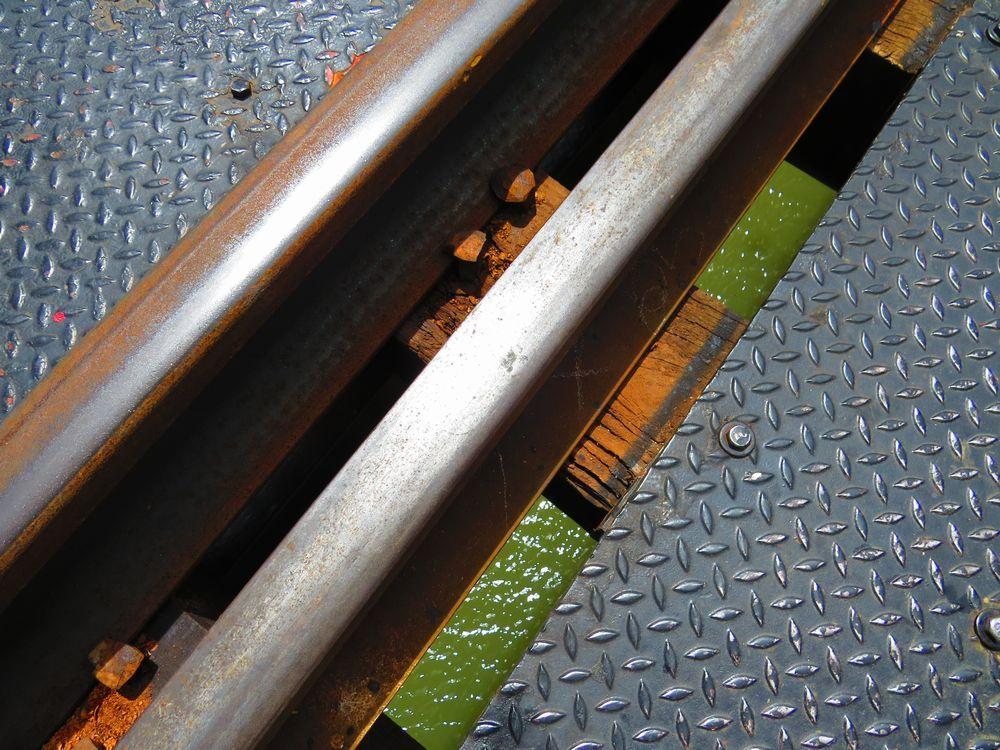 クウェー川鉄橋は横だけではなく足元にも注意を
