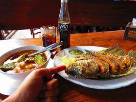 カンチャナブリで戦場にかける橋・クウェー川鉄橋一望!水上レストランのタイ料理