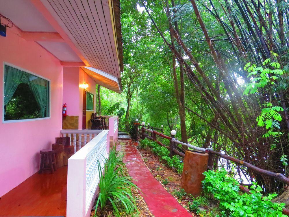 ピンクの建物と緑豊かな環境