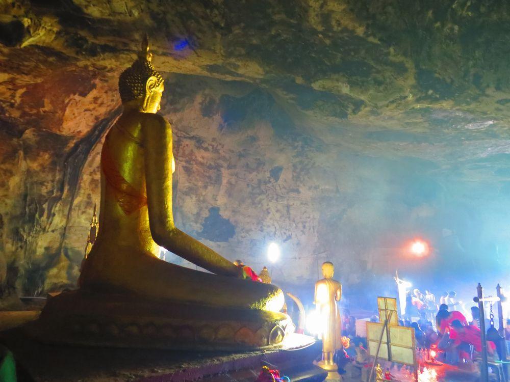 神秘的なクラサエ洞窟(Tham Kra Sae Cave)