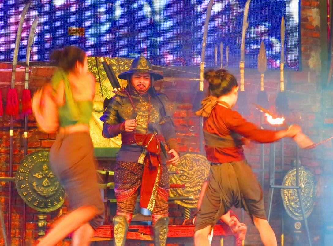 アユタヤ観光必見の水上マーケットで火花飛び散る大迫力のショー!