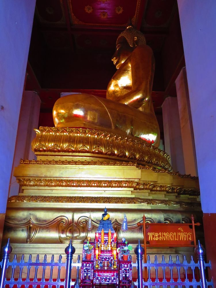 仏像の周囲を歩く