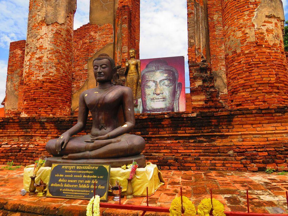 前後に二つの仏像