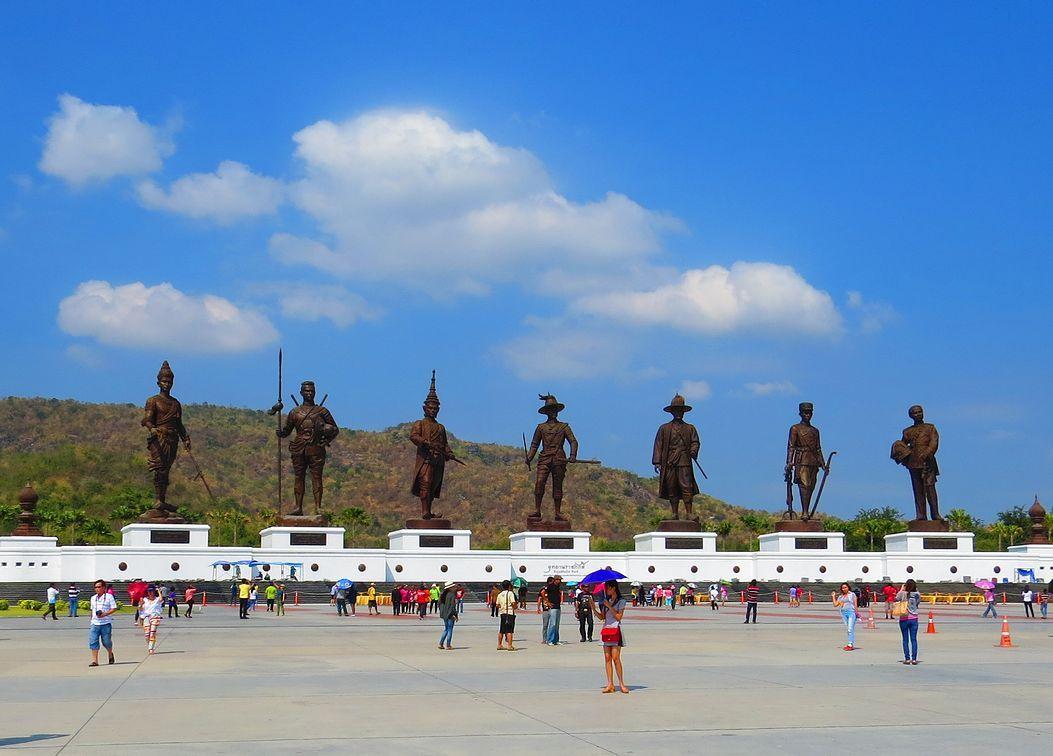 ラーチャパック公園で王様の青銅像