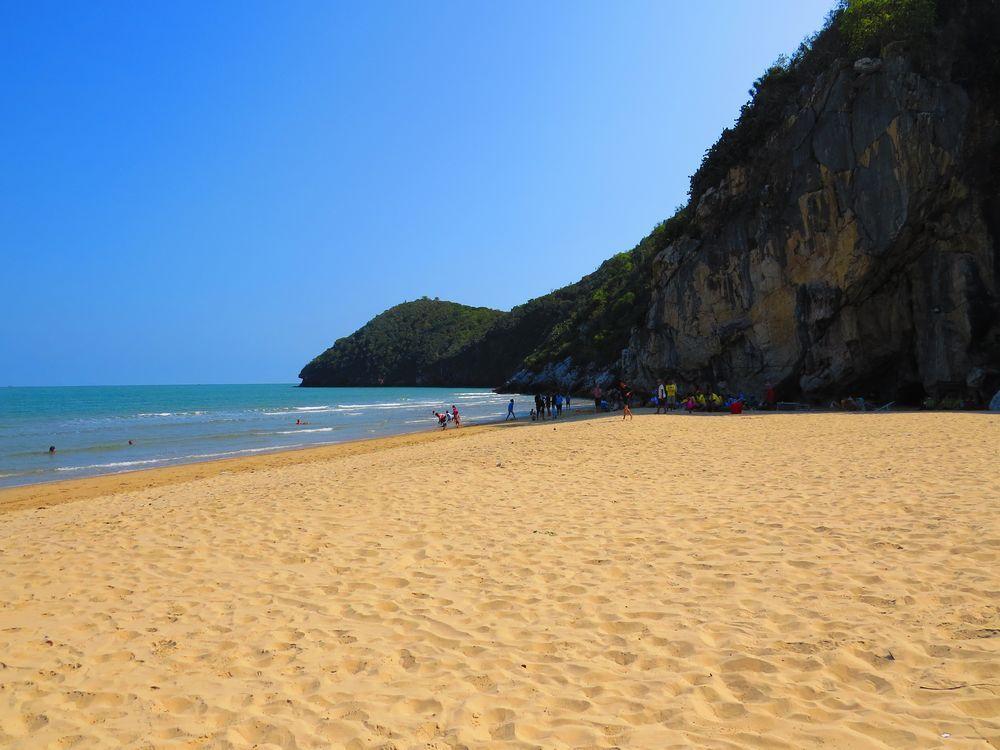 タオコサ・フォレストパークの美しい浜辺と奇岩