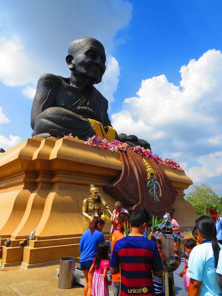 タイで最も尊敬される僧侶の像があるワット・フアイモンコン
