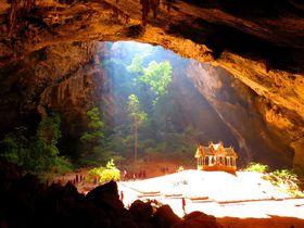 タイ・プラヤーナコーン洞窟で天光が差す神秘の宮殿観光