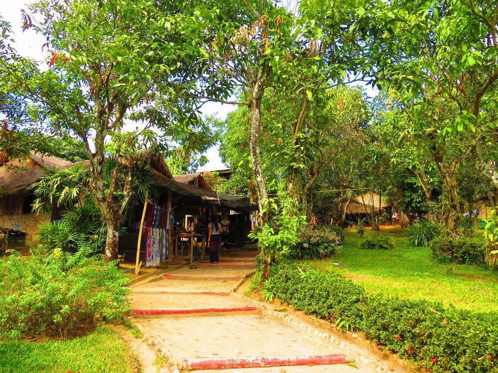 首長族の村の入口